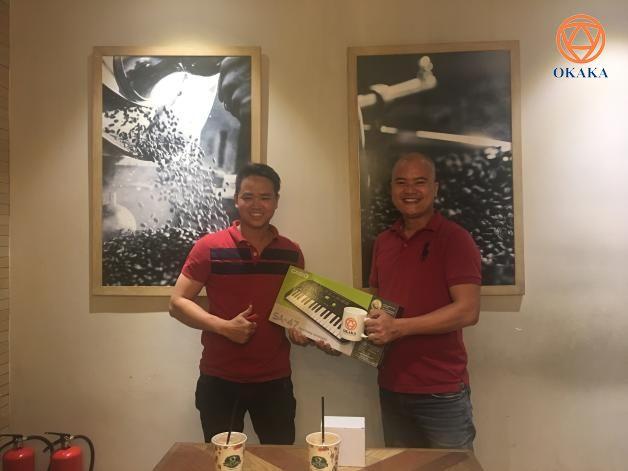 Hôm nay Quân đã đến trao quà tặng tháng 01-2018 cho bạn David Tuấn – người may mắn nhận được giải nhì của mini game đầu năm (xem thông tin chi tiết về mini game tại đây) là một cây đàn organ mini Casio SA-47.
